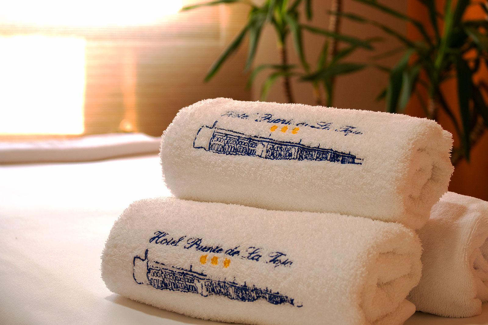 Detalle de las toallas de la sala naranja